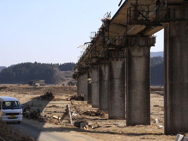 (Tsuyagawa_Bridge_is_falling_down.jpg)